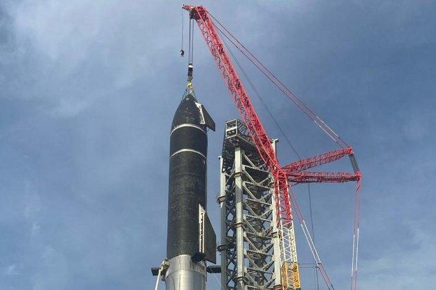 Літатиме на Місяць і на Марс. Компанія SpaceX зібрала найвищу ракету в історії космонавтики
