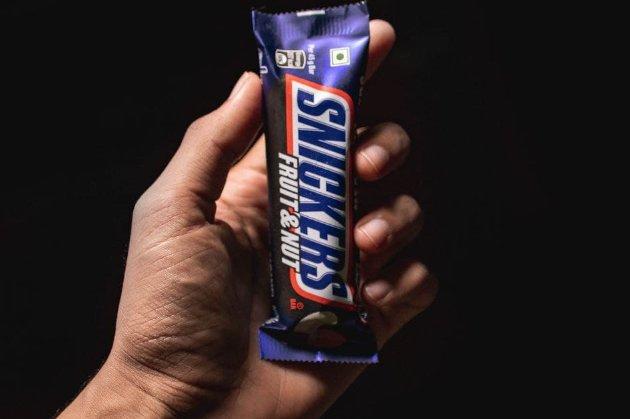 Рекламу Snickers в Испании критикуют за гомофобию. Компания решила ее удалить (видео)