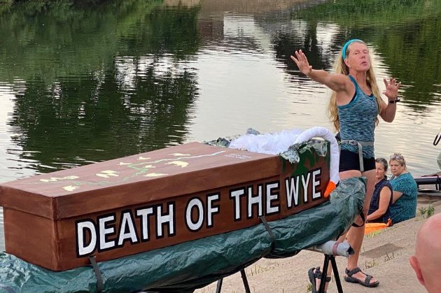 Мешканка Великобританії плаває у річці з труною, щоб привернути увагу до забруднення водойм