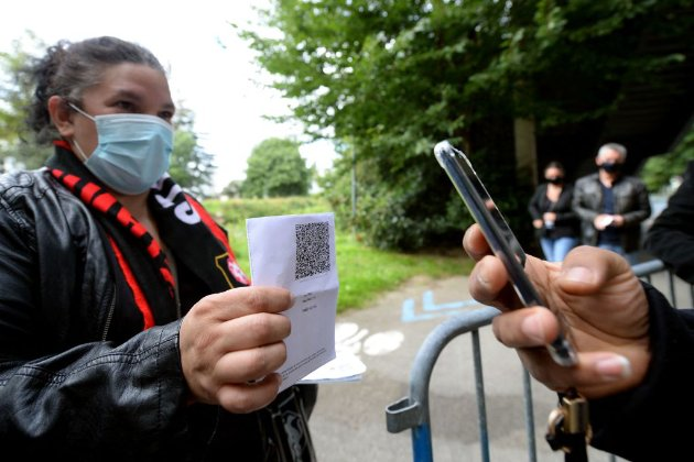 Во Франции посещать общественные места позволили только вакцинированным