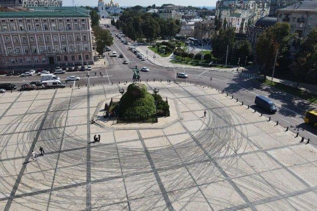 Red Bull та Alyona Alyona влаштували дрифт на Софійській площі в Києві та пошкодили її (оновлено)