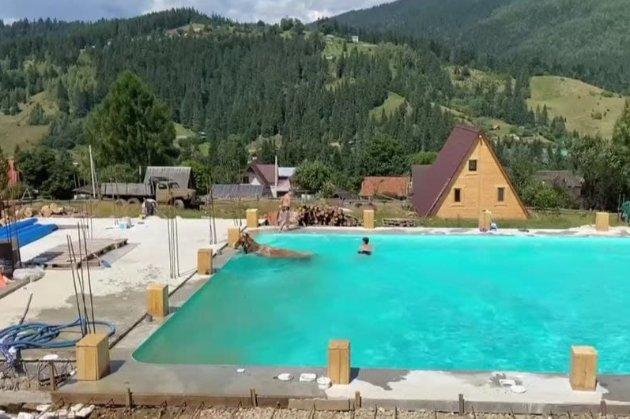 У Карпатах корова стрибнула в басейн до відпочивальників через спеку (відео)