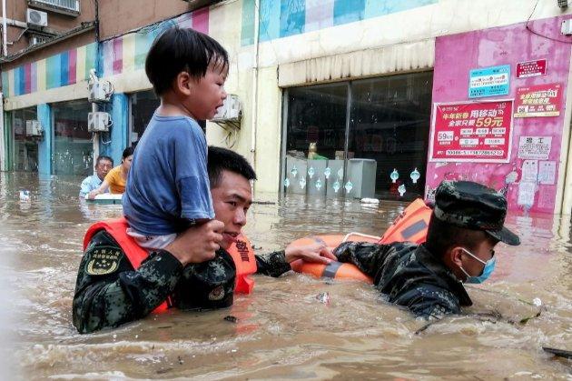 Китай накрили руйнівні повені. Тисячі людей евакуювали, десятки загиблих