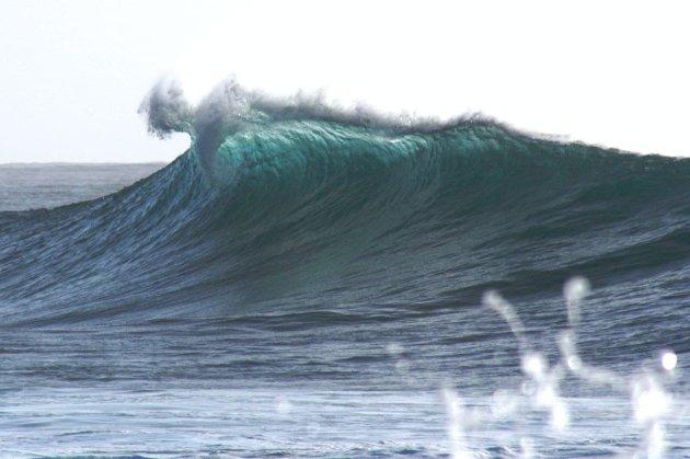 В Китае морская волна смыла с берега 17 человек. Большинство из них погибли