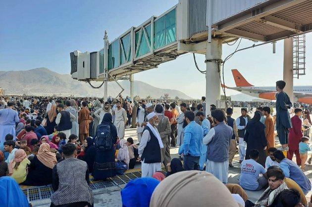 Паніка, тиснява та стрілянина. Що зараз відбувається в аеропорту Кабулу