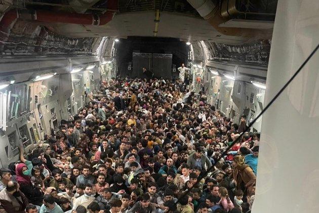 Фото дня. За один рейс у салоні вантажного літака США перевезли 640 афганських біженців