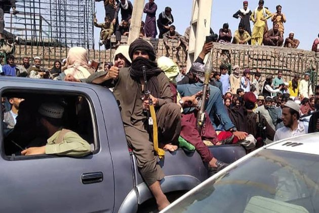 В Афганістані відбулися перші протести проти встановлення талібанського прапора. Є загиблі