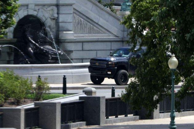 Поліція США оточила Капітолій через водія пікапа, який погрожує підірвати бомбу