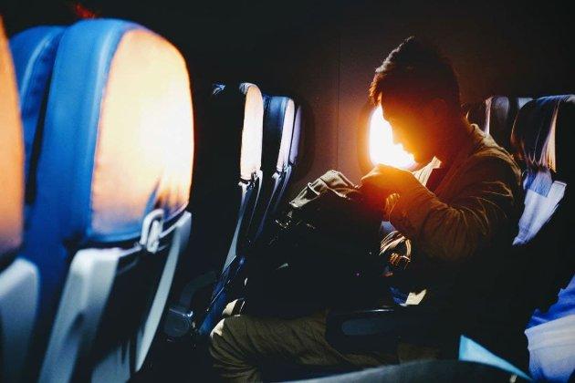 Пассажира самолета в США могут оштрафовать на $45 тыс. Он засунул голову под юбку стюардессы