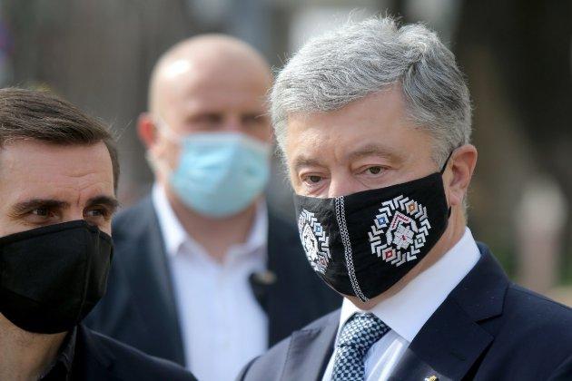 В центре Киева мужчина облил пятого президента Петра Порошенко зеленкой (обновлено)