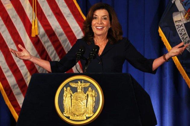 Штат Нью-Йорк впервые возглавила женщина. Ее предшественник ушел из-за обвинений в домогательствах