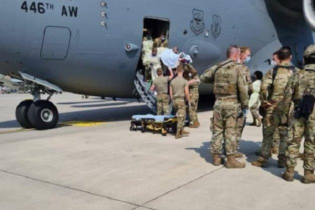 Народжену під час евакуаційного рейсу з Афганістану дівчинку назвали на честь літака