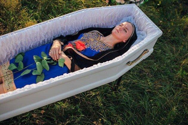 «Відходь красиво». У Дніпрі створили колекцію жіночого одягу для поховання