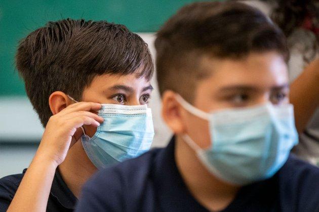 В США учитель, который снял маску, чтобы прочитать лекцию, вызвал вспышку COVID-19