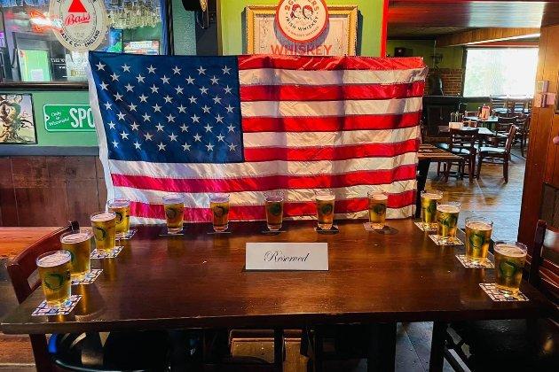 «Для 13 американцев, которые не вернулись домой». В барах США устроили акцию памяти военных, погибших во время теракта в Кабуле
