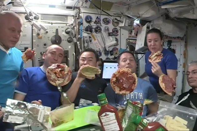 Французькі астронавти влаштували справжню вечірку з піцою у космосі (відео)