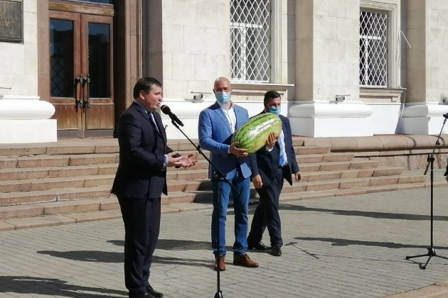 Шмигаля на Херсонщині навантажили кавуном у 27 кілограмів