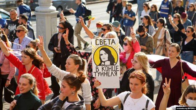 «Лукашенка — в автозак». Жіночий марш протесту в Мінську закінчився масовими арештами