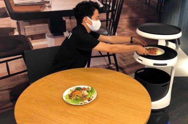 Японська компанія SoftBank представила робота-офіціанта