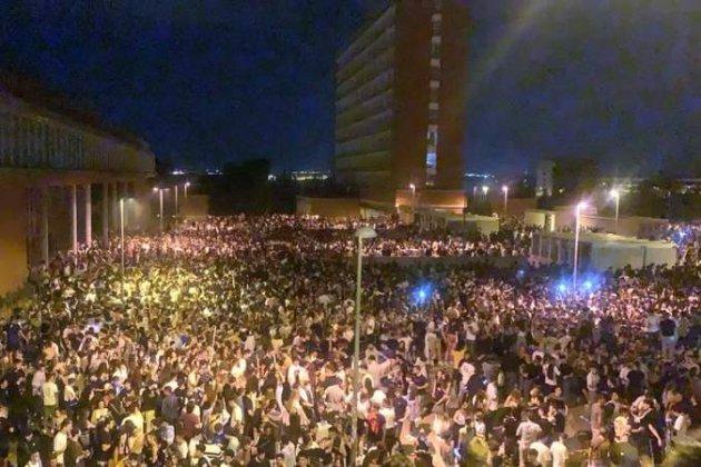В Іспанії студенти влаштували незаконну вечірку просто неба з великою кількістю алкоголю. Поліція нічого не могла вдіяти (відео)