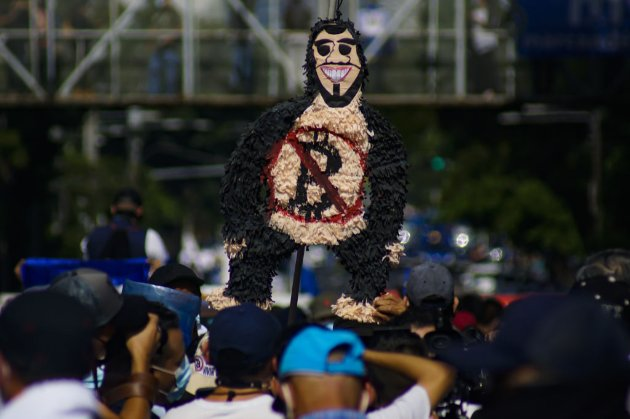 В Сальвадоре тысячи человек устроили протест против признания биткоина официальной валютой