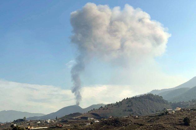 Вулкан на Канарах припинив викидати лаву, але після короткої паузи виверження поновилося (відео)