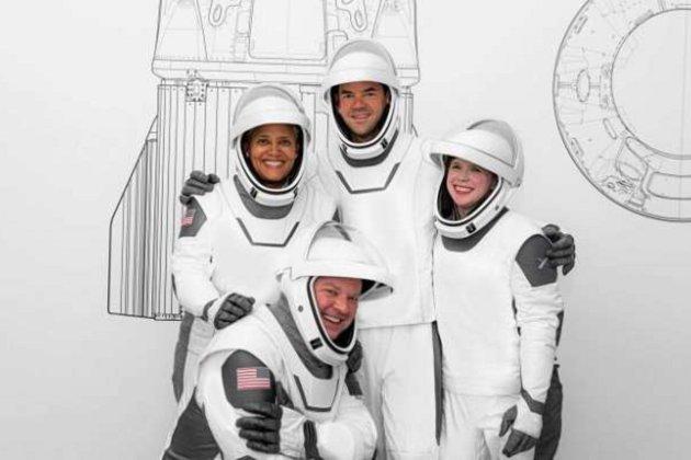 SpaceX вперше в історії відправила у космос туристів (фото, відео)
