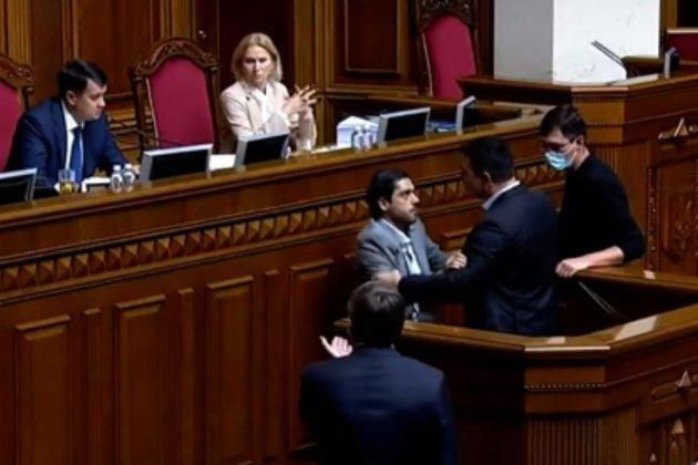 Тищенко застосував силу до Лероса, що був на трибуні Ради. Це та інші відео парламентських бійок
