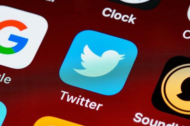 В Twitter начали тестировать «безопасный режим». Платформа будет удалять оскорбительные комментарии