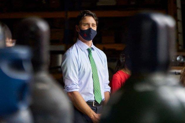Премьера Канады забросали гравием на митинге. Перед этим он назвал антивакцинаторов «маргиналами» (видео)