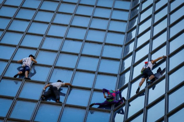 «Французький Спайдермен» виліз на хмарочос у Парижі, протестуючи проти СOVID-паспортів