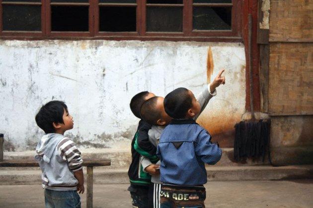 У китайських регіонах сім'ям платять, щоб ті народжували більше дітей