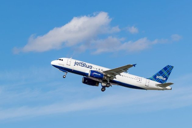 Пасажир авіакомпанії JetBlue ледь не задушив бортпровідника та кричав, щоб його застрелили