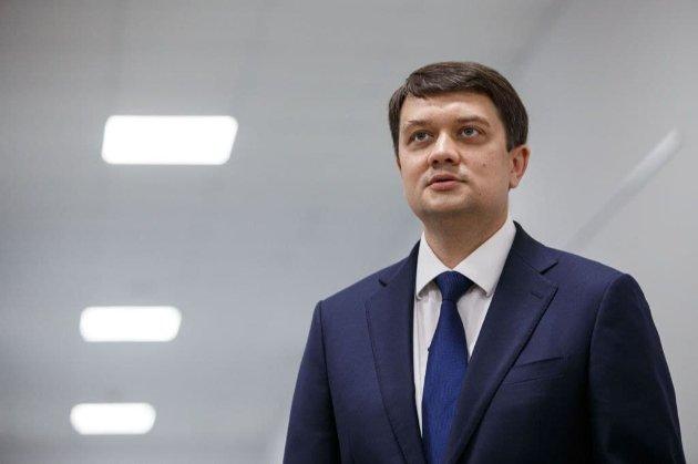 «Слуги народу» ініціювали збір підписів за відставку Разумкова. Той пообіцяв не зволікати з процесом