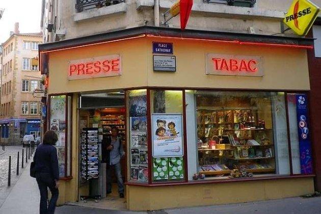 Владелец магазина украл у пенсионерки выигрышный лотерейный билет на € 500 тыс. Мужчину задержали в аэропорту