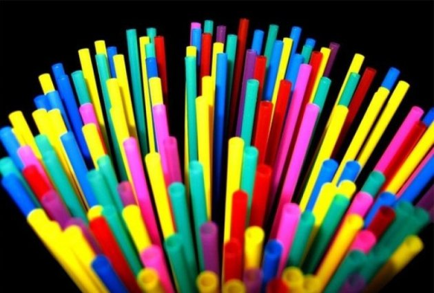Боротьба з забрудненням. В Англії пластикові соломинки, ватяні палички та мішалки для напоїв стали поза законом
