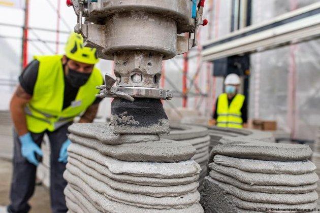 Майбутнє на порозі. У Німеччині на 3D-принтері друкують перший житловий будинок з бетону