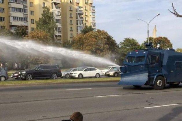 Проблеми з інтернетом та боротьба з водометами. У Мінську проходять акції протесту (фото, відео)
