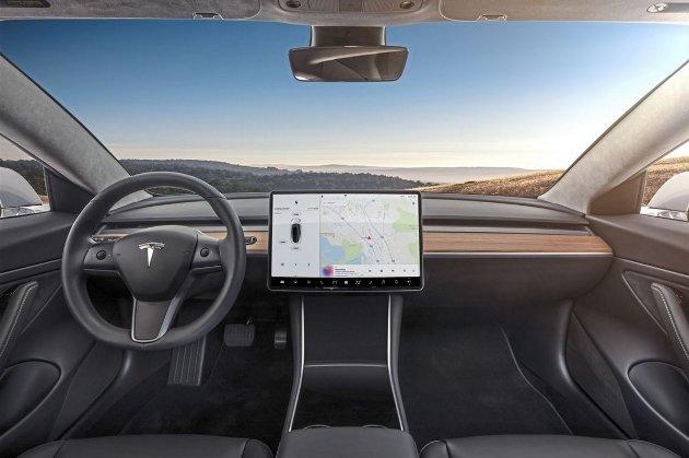 Чудо техніки та інтелекту. Автопілот Tesla навчився проїжджати перехрестя на зелене світло