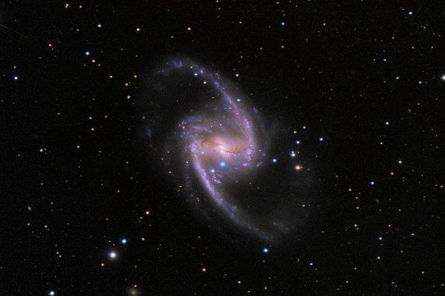 Витівки космосу. Вчені показали галактику, яка народжує сотні молодих зірок (фото)