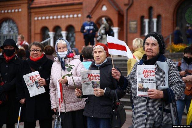 «Бабусі проти ОМОНу». В Мінську на марш протесту вийшли пенсіонери (фото)