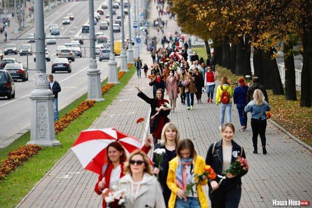 Жінки з квітами зібрались на марш у центрі Мінська. Глобальний захід відкрила Україна