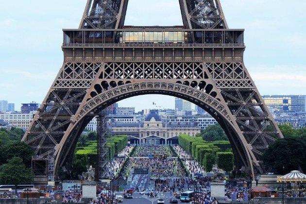 Шквал феєрверків. У передмісті Парижа 40 осіб штурмували поліцейський відділок (відео)