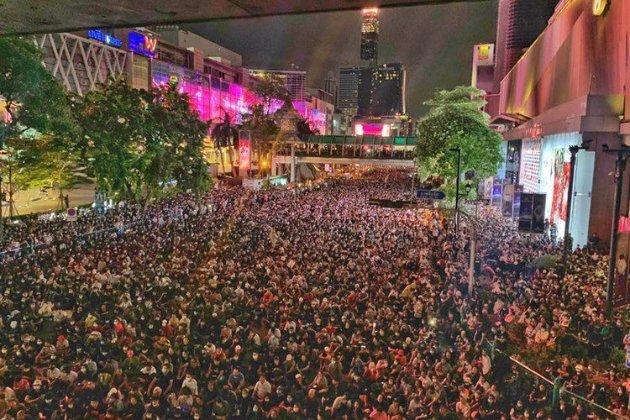 Десятки тисяч людей протестують по всьому Таїланду наперекір забороні