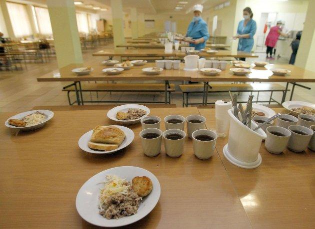 Жодних сосисок та солодкої газировки. МОЗ запропонувало нові норми харчування в школах