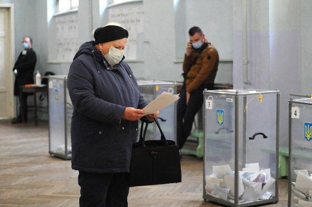 «Каруселі», підкуп та відсутність кабінок. Як українці порушували закон під час місцевих виборів