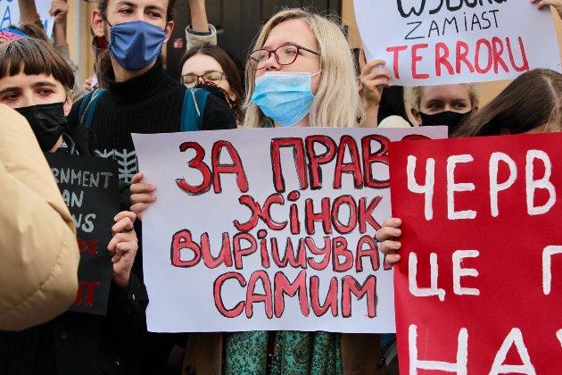 «Ваша надія — вазектомія!». У Києві — акція солідарності з жінками під посольством Польщі