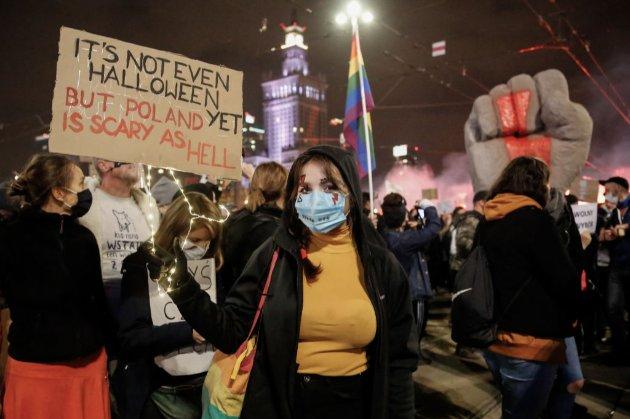 У Варшаві близько 100 тис. людей протестували проти заборони абортів (фото, відео)