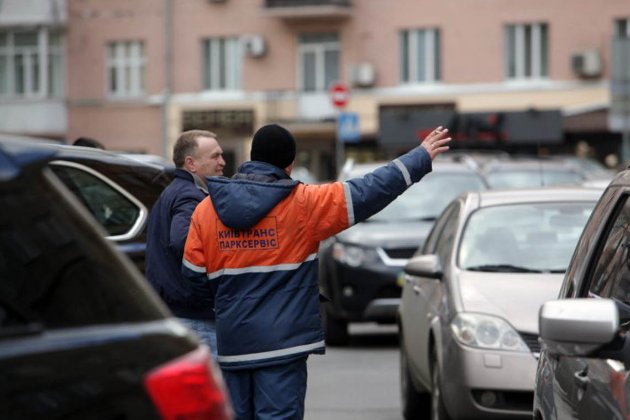 Киевских инспекторов по парковке будут охранять, потому что их бьют водители