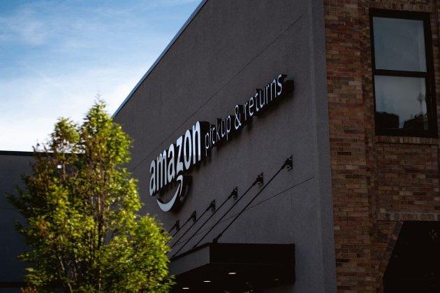 Працівники Amazon подають на компанію в суд за неоплачені години CОVID-перевірок